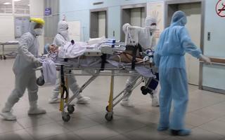 Video: Bệnh nhân 91, phi công người Anh được chuyển đến bệnh viện Chợ Rẫy