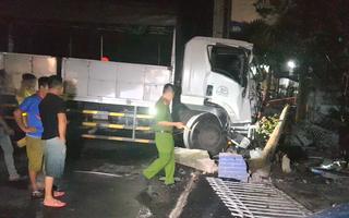 Video: Xe tải tông sập cổng, lao vào nhà dân