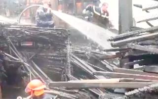 Video: Cháy lớn giữa trời mưa ở trại cây Lý Vinh