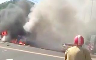 Video: Xe tải đậu gần cây xăng bốc cháy nghi ngút