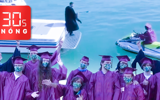 Bản tin 30s Nóng: Nhận bằng tốt nghiệp giữa biển; Ăn bánh mì từ thiện, hàng trăm học sinh bị ngộ độc