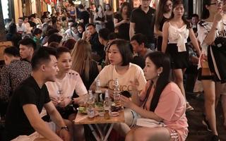 Video: Phố Tạ Hiện đông nghịt người, không mấy ai đeo khẩu trang