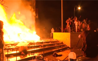 Video: Người biểu tình Mỹ đốt đồn cảnh sát
