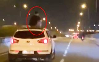 Video: Người đàn ông ngồi trên nóc ô tô, xe chạy tốc độ cao trên đường