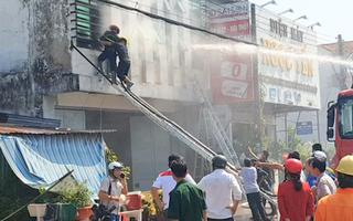 Cháy lớn, nhiều chiến sĩ bị thương do mảnh vỡ của kính