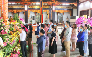 Video: Người dân Sài Gòn xếp hàng, đeo khẩu trang chờ tới lễ Phật
