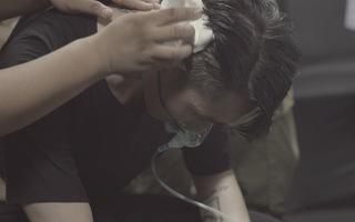 Hé lộ hình ảnh Sơn Tùng M-TP phải thở oxy sau hậu trường Sky Tour