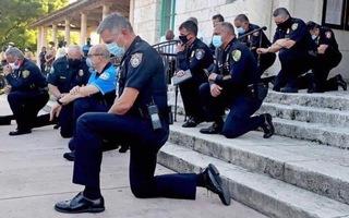 Video: Cảnh sát ở Mỹ quỳ gối và ôm người biểu tình sau cái chết của George Floyd