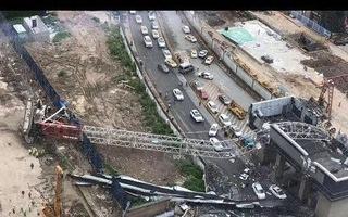 Video: Cần cẩu công trường đổ xuống đường, đè bẹp ôtô