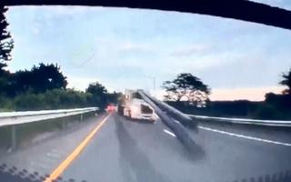 Video: Ống thép đâm xuyên cabin container vì thắng gấp