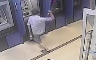 Video: Người đàn ông đập trụ ATM để trút giận
