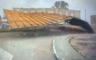 Video: Gió mạnh thổi bay nguyên khối mái tôn xuống đường