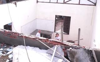 Video: Lốc xoáy gây sập tường, bé trai 3 tuổi tử vong