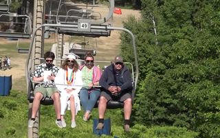 Video: Đi cáp treo lên đỉnh núi làm lễ tốt nghiệp giữa dịch COVID-19