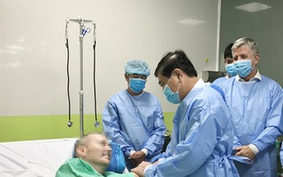 Video: Chủ tịch UBND TP.HCM thăm bệnh nhân phi công người Anh