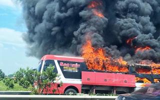 Video: Xe giường nằm bốc cháy trên cao tốc 11 hành khách tháo chạy