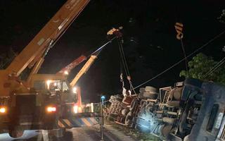 Video: Xe 16 chỗ bị xe container đè bẹp ở Quảng Ninh, 3 người chết