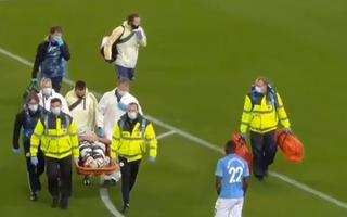 Video: Sau va chạm cầu thủ của Man City thở oxy, nằm cáng rời sân