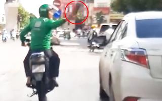 Video: Bị nhổ nước bọt vì không nhường đường, tài xế xe máy ném gạch vào ôtô