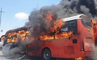 Video: Khoảnh khắc xe giường nằm bốc cháy dữ dội giữa đường