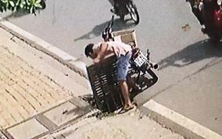 Video: Nam thanh niên đi xe máy trộm nắp cống trên đường phố