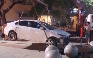 Video: Ôtô lao vào trung tâm hành chính Đà Nẵng