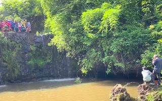 Video: Công an điều tra vụ thi thể dưới thác nước ở Bình Phước