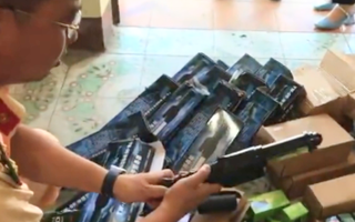 Video: Bắt xe khách chở hàng trăm công cụ hỗ trợ vào TP.HCM