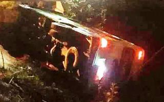 Video: Xe khách chở 30 học sinh đi chụp kỷ yếu bị lật, nhiều em bị thương