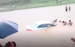 Video: Xe ôtô chở đôi vợ chồng mới cưới lao xuống sông, người dân ném dây cứu