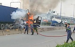 Video: Xe đang chạy trên đường bốc cháy dữ dội, tài xế tháo thùng container để cứu hàng