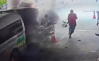 Video: Xe cứu thương phát nổ trước cửa bệnh viện
