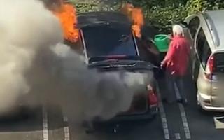 Video: Cụ ông dùng bình tưới cây cứu ôtô đang cháy