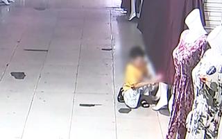 Video: Cậu bé 8 tuổi dùng bật lửa đốt các hình nộm trong khu chợ chỉ để cho vui
