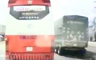 Video: Xe khách chạy chèn ép, không nhường đường cho xe cứu thương