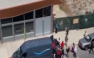 Video: Người biểu tình cướp xe chở hàng của Amazon ngay trên đường phố