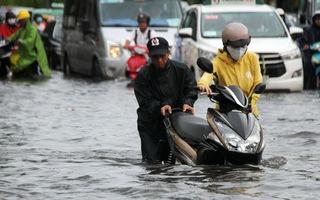 Video: Mưa như trút nước vào giờ cao điểm, người dân TP.HCM lại bì bõm lội nước
