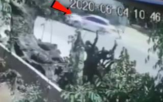 Video: Khoảnh khắc kinh hoàng xe tải lật 'vò nát', làm 4 người thương vong