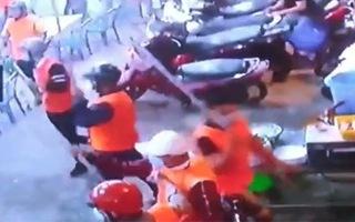 Video: Hàng trăm đối tượng hùng hổ chém phá quán ốc, khách bỏ chạy toán loạn