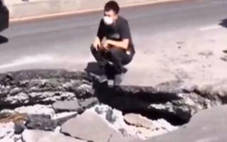 Video: Xe tải sụp hố 'tử thần' trên đường phố, bánh xe sau phát nổ, khói bụi bay mù mịt