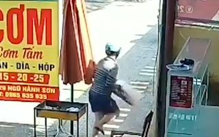 Video: Người phụ nữ trộm thùng thịt nướng tại quán cơm ở Đà Nẵng