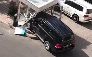Video: Tài xế say xỉn lái ôtô tông sập phòng bảo vệ