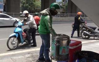 Video: Nhiều nơi bố trí trà chanh, khăn lạnh miễn phí cho lao động nghèo dưới nắng nóng hơn 40 độ