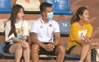Video: Quang Hải cùng bạn gái đến sân Hàng Đẫy cổ vũ CLB Hà Nội