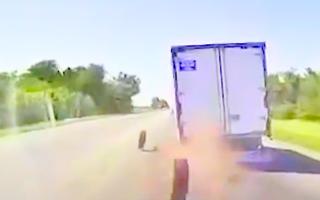 Video: Xe tải gãy trục văng 2 bánh xe ra đường khiến ôtô phía sau lật nhào