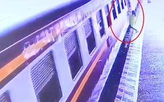Video: Lo bấm điện thoại, một hành khách liều mình đu bám theo tàu