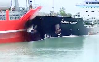 Video: Khoảnh khắc hai tàu chở hàng tông trực diện vào nhau ở Canada