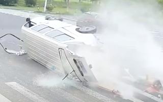 Video: Ôtô đâm xe chở hàng giữa giao lộ