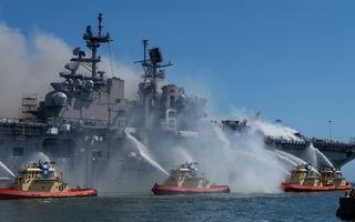Video: Hai ngày vụ cháy tàu tấn công đổ bộ USS của Mỹ vẫn chưa được dập tắt