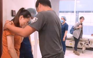 Video: Bố mẹ hai bé gái song sinh sụt sùi nước mắt, hồi hộp nhìn con vào phòng mổ